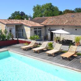 La piscine devant la dépendance - Chambre d'hôte - Roche-Chalais(La)
