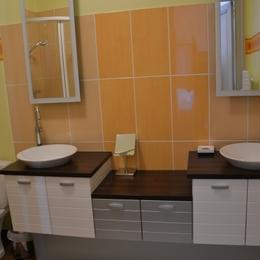 La salle de douche avec double vasque - Chambre d'hôte - La Roche-Chalais