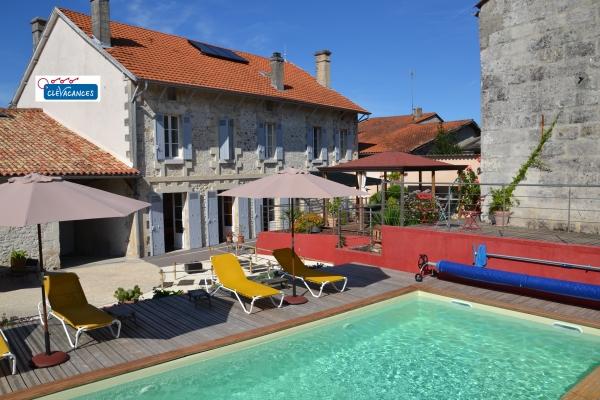 La piscine et la maison vue du jardin - Chambre d'hôte - La Roche-Chalais