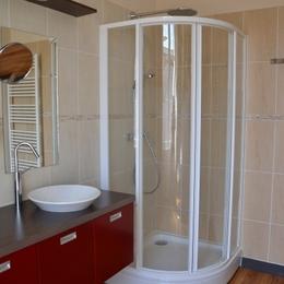 De grands volumes dans la salle de douche - Chambre d'hôte - La Roche-Chalais