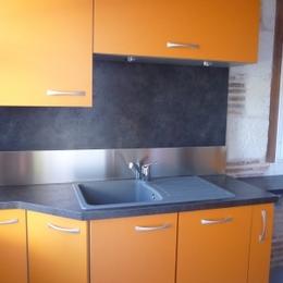 La cuisine entièrement équipée dans la dépendance pour nos hôtes - Chambre d'hôte - La Roche-Chalais