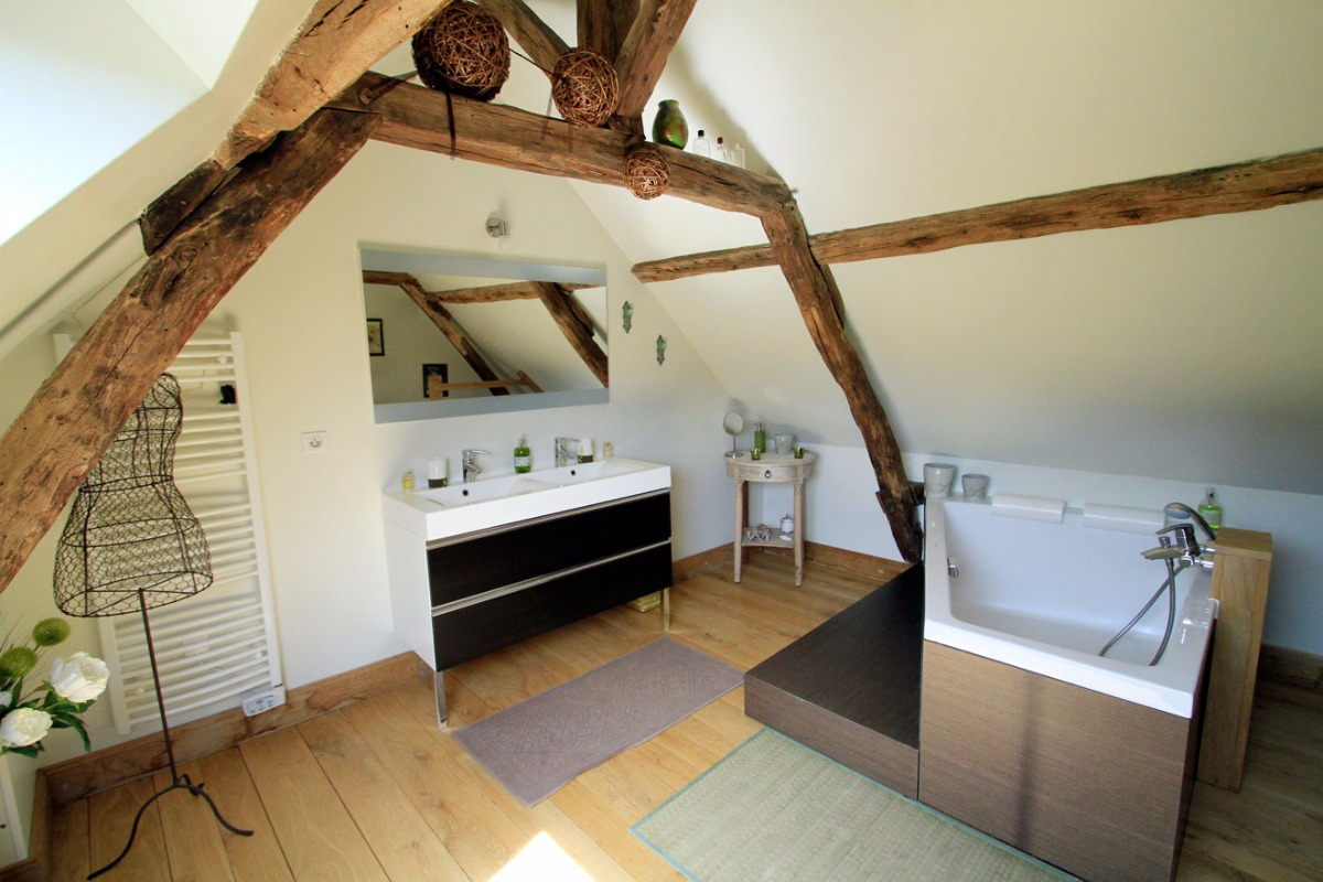 Une salle de bain romantique sous les combles, ancien grenier à tabac - Chambre d'hôtes - Terrasson