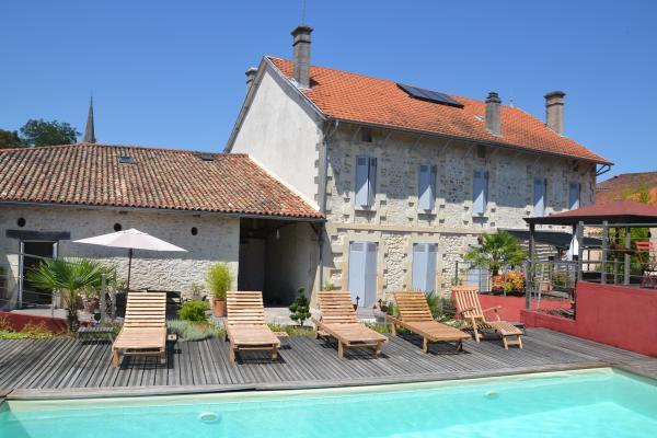 La piscine et la maison vue du jardin