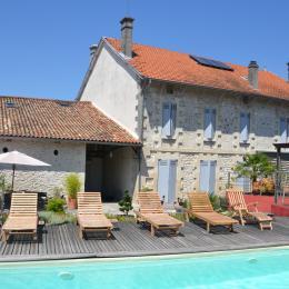 La piscine et la maison vue du jardin - Chambre d'hôte - Roche-Chalais(La)