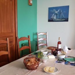 Petit-déjeuner dans la salle à manger de la maison d'hôtes la Vidalie - Chambre d'hôtes - Bouniagues