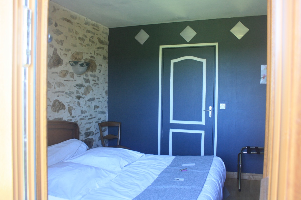 vue sur la chambre aux véritables pierres apparentes - Chambre d'hôtes - La Coquille