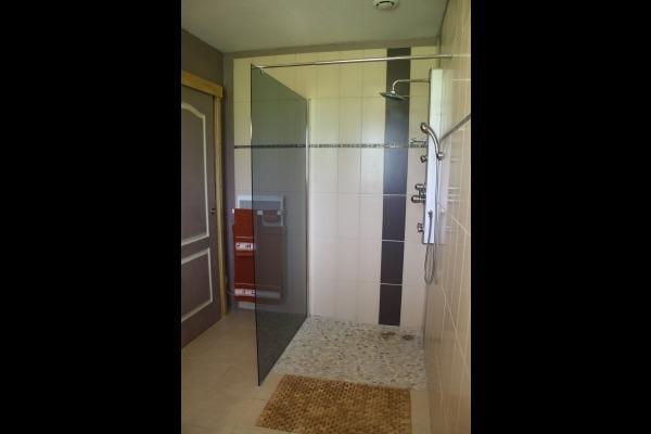 La salle d'eau avec douche à l'italienne - Chambre d'hôtes - La Coquille