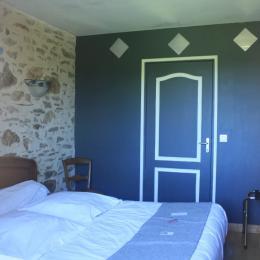 La chambre avec ses authentiques pierres apparentes - Chambre d'hôte - Coquille(La)