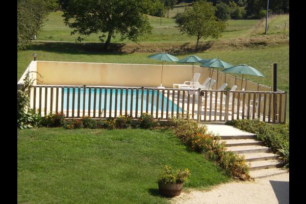La piscine : bassin de 10X5, douche solaire, transats et parasols - Location de vacances - Loubejac