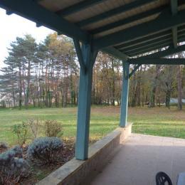 terrasse couverte vue sur la colline de Lascaux - Location de vacances - Montignac