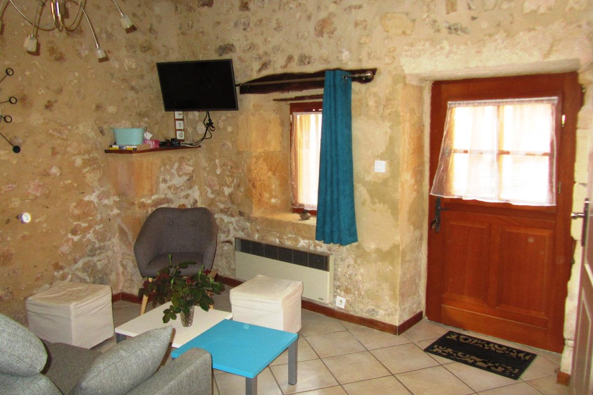 Salon avec porte d'entrée - Location de vacances - Lanquais