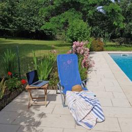 relax autour de la piscine  - Location de vacances - Issac