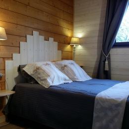 Chambre, lit de 1,40 m X 1,90 m,  Petit dressing, linge de lit prévu et installé - Location de vacances - Sarlat-la-Canéda