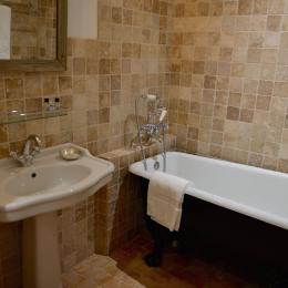 La salle de bains avec son authentique baignoire en fonte - Chambre d'hôtes - Saint-Vincent-de-Cosse