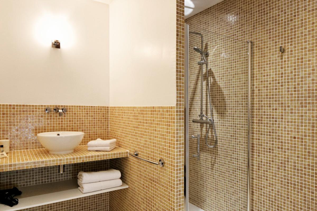 La salle de bains avec sa grande douche à l'italienne - Chambre d'hôtes - Saint-Vincent-de-Cosse