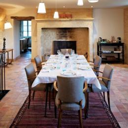 La salle à manger où se prennent les petit déjeuners et dîners - Chambre d'hôtes - Saint-Vincent-de-Cosse