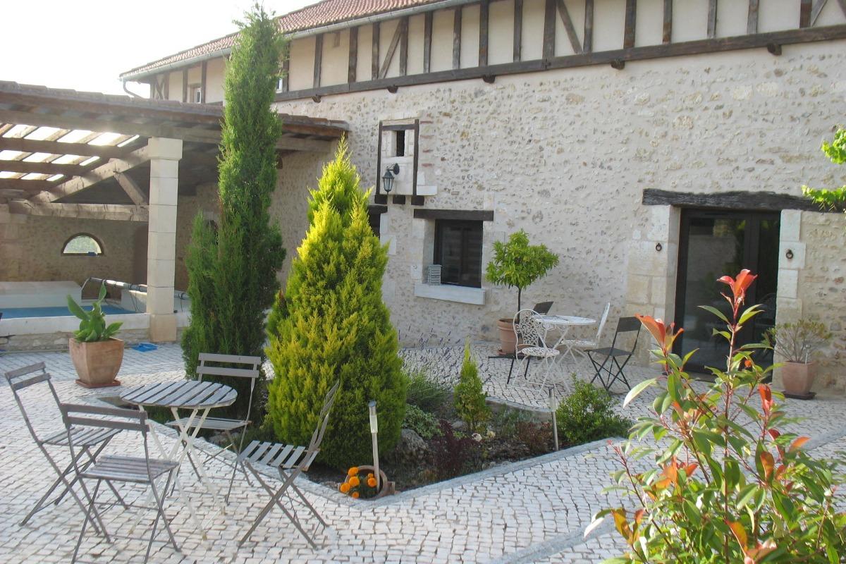 Cour extérieure sud - Location de vacances - Château-l'Évêque