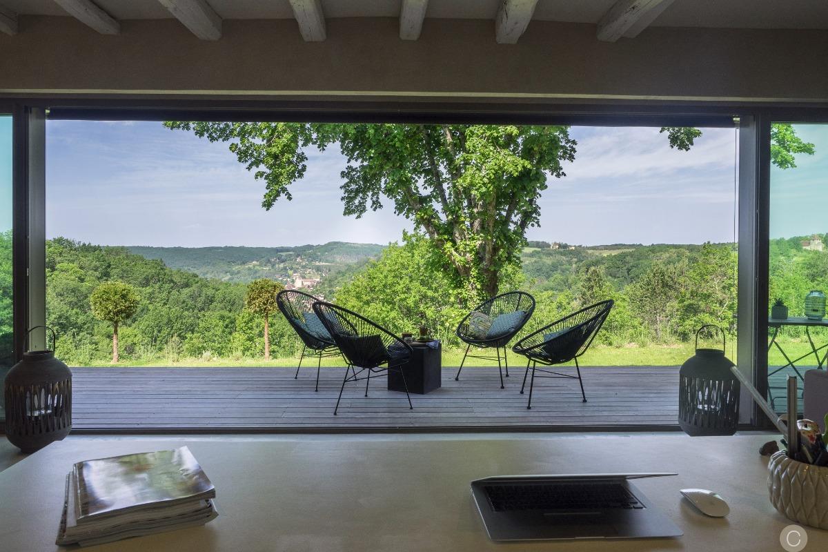 Terrasse ouest vue sur la vallée et sur le village de St cyprien - Location de vacances - Castels