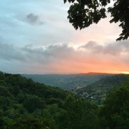 Coucher de soleil sur St Cyprien. Vue depuis la pièce principale - Location de vacances - Castels