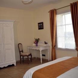chambre Arum côté bureau - Location de vacances - Cause-de-Clérans