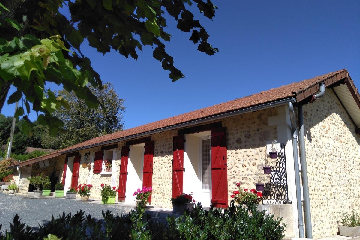 La façade - Location de vacances - La Douze