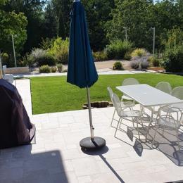 Espace repas sur la terrasse extérieure - Location de vacances - Sarlat-la-Canéda
