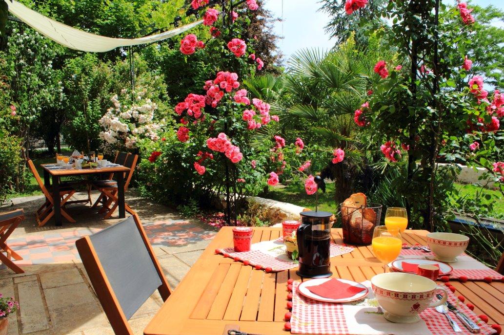 Petit déjeuner en terrasse face au jardin et aux vignes - Chambre d'hôtes - Saint-Michel-de-Montaigne
