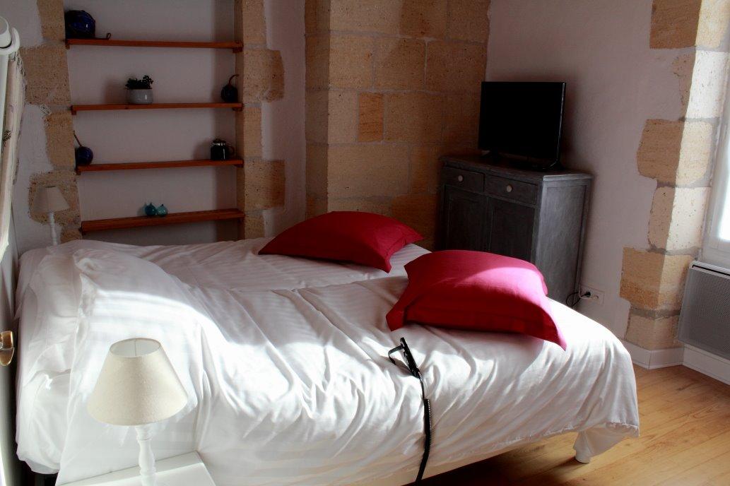 Chambre donnant sur le jardin avec lit à sommier électrique pour plus de confort - Chambre d'hôtes - Saint-Michel-de-Montaigne