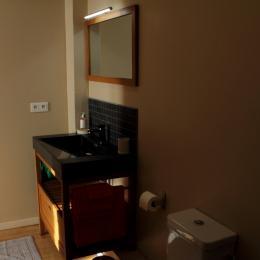 Vaste salle d'eau donnant sur la chambre - Chambre d'hôtes - Saint-Michel-de-Montaigne