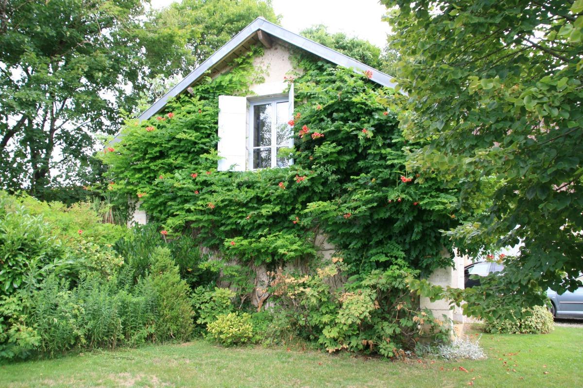 Fenêtre de votre chambre avec vue sur les bergeries - Location de vacances - Saint-Pierre-de-Chignac