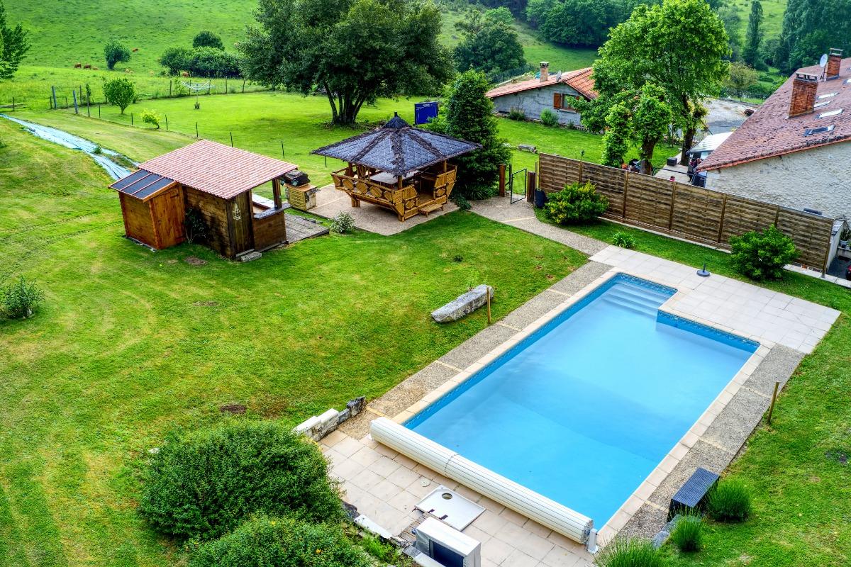 espace privé avec piscine sécurisée par un rideau électrique et séparé du jardin devant la maison par une clôture - Location de vacances - Léguillac-de-l'Auche