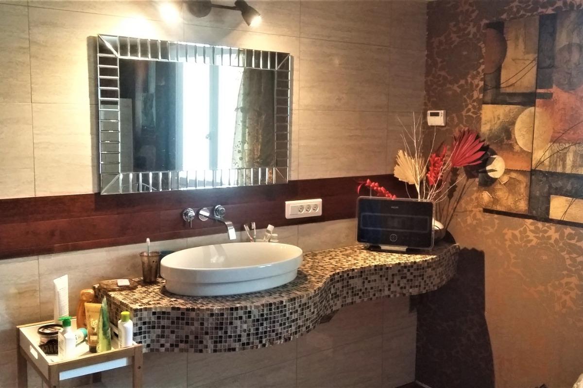 salle de bain du bas avec grande douche à l'Italienne + WC - Location de vacances - Léguillac-de-l'Auche