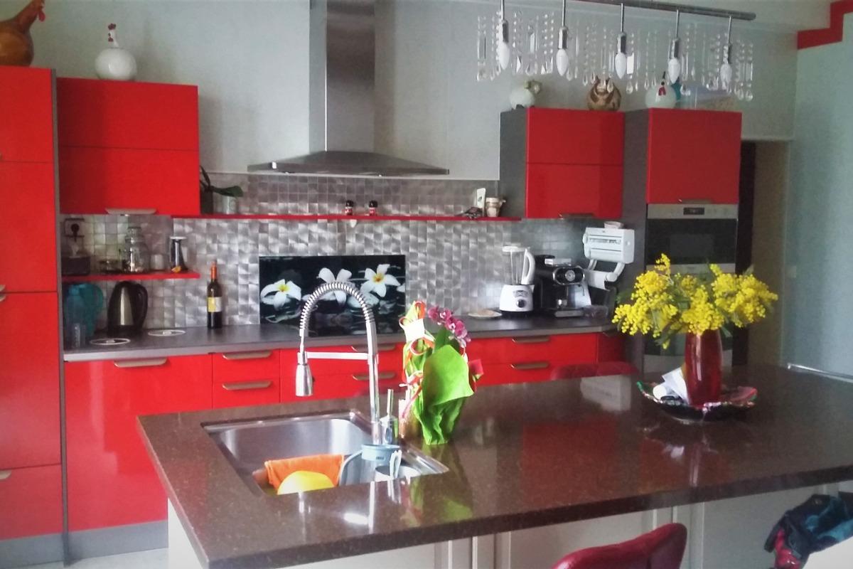 cuisine côté terrasse et cour fermée - Location de vacances - Léguillac-de-l'Auche