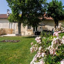 jardin devant la maison clôturé - Location de vacances - Léguillac-de-l'Auche