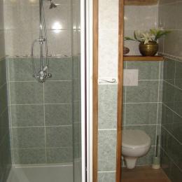 Douche italienne avec WC indépendants dans la chambre - Chambre d'hôtes - Saint-Privat-des-Prés