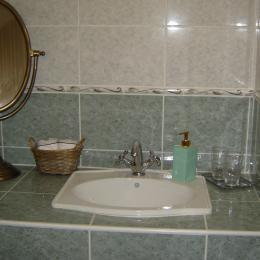 Lavabo rétro à souhait - Chambre d'hôtes - Saint-Privat-des-Prés