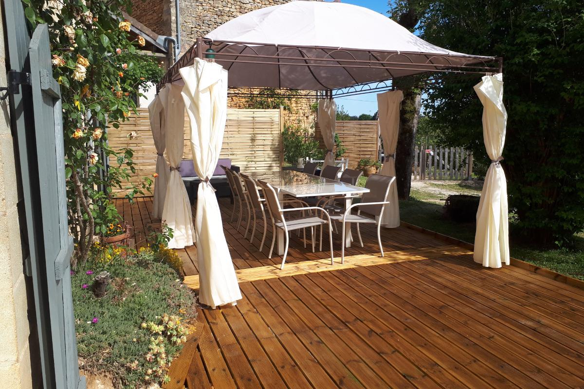 Nouvelle terrasse bois coin repas - Location de vacances - Proissans