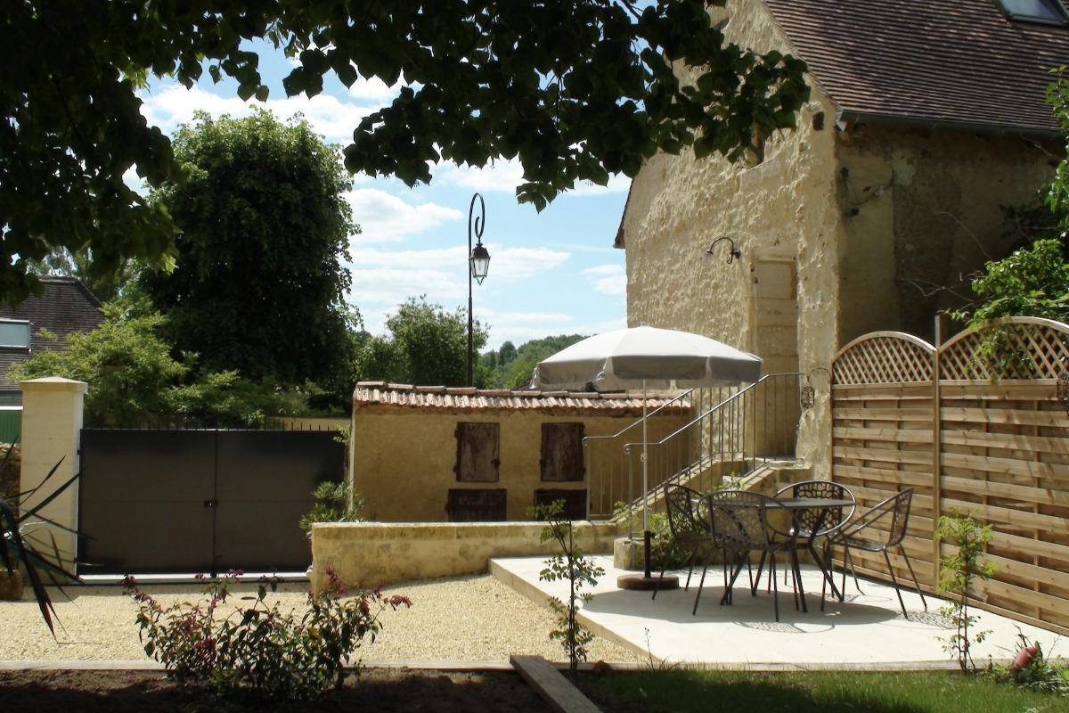 La Maison du Métayer. Une vue de la cour avec sa terrasse. - Location de vacances - Lamonzie-Montastruc