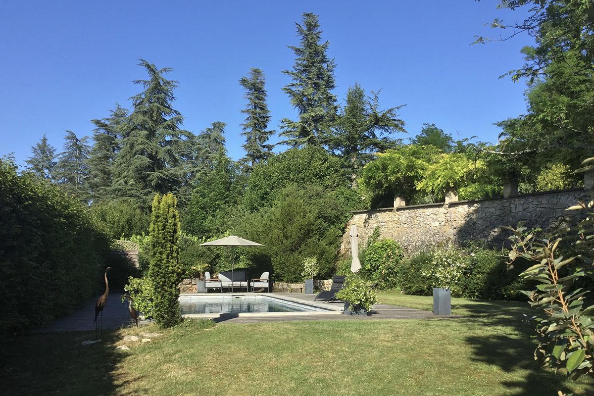 La Maison du Métayer. La piscine avec fauteuils, bains de soleil et parasols. - Location de vacances - Lamonzie-Montastruc