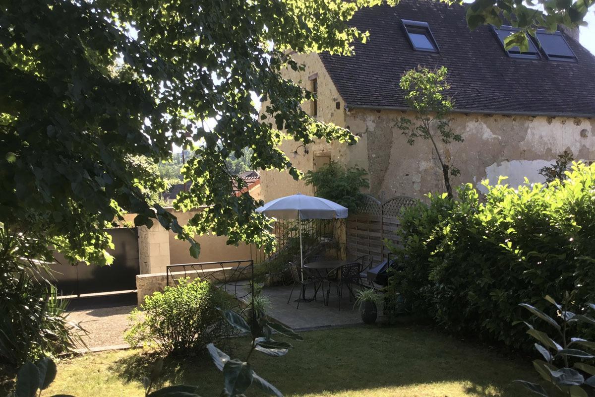 La Maison du Métayer. Terrasse dinatoire avec un barbecue au gaz. - Location de vacances - Lamonzie-Montastruc