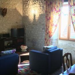 La Maison du Métayer. La pièce à vivre de 30 m2 avec le coin salon. - Location de vacances - Lamonzie-Montastruc