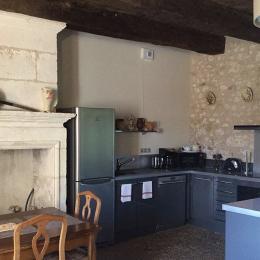 La Maison du Métayer. Dans un angle du séjour: la cuisine équipée. - Location de vacances - Lamonzie-Montastruc