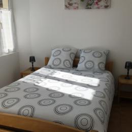 chambre avec 1 lit 140cm, couette et oreillers - Location de vacances - Grignols