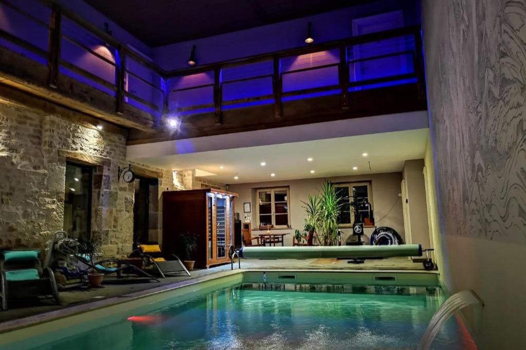 Piscine intérieur eau de pluie chauffée traitement par Lampe UV (sans chlore ni sel) et sauna infrarouge  - Chambre d'hôtes - Bremondans