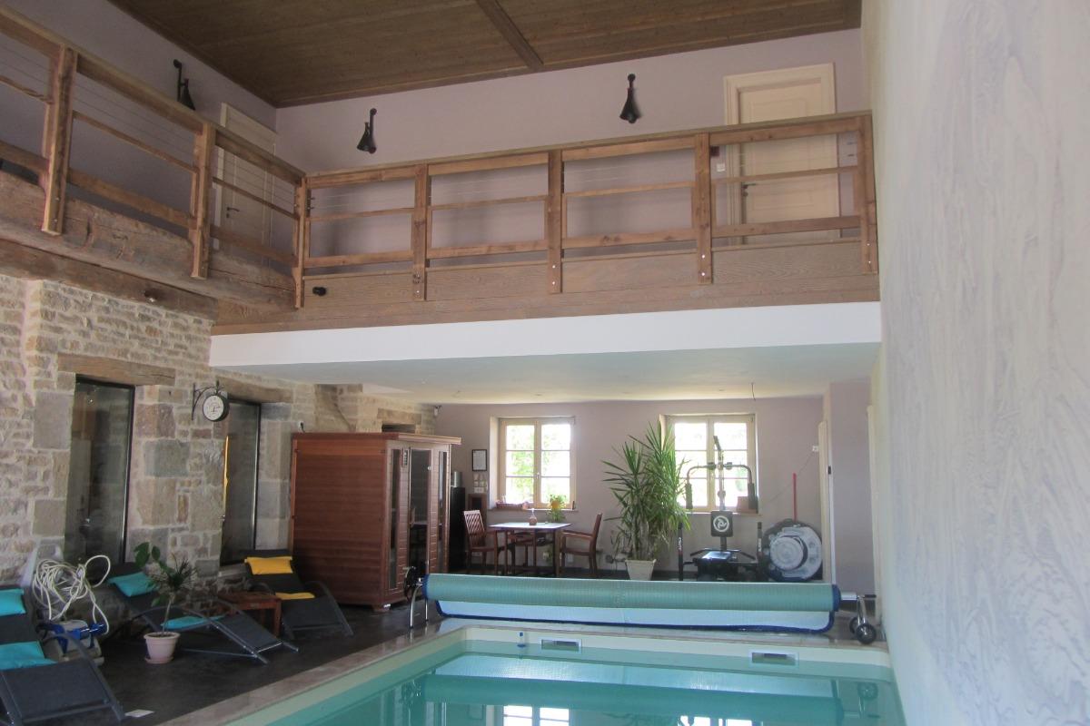 Piscine intérieur à l'eau de pluie chauffée à 28° Traitment lampe UV (Sans Sel ni chlore et sauna infrarouge avec luminothérapie - Chambre d'hôtes - Bremondans