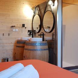 Pièce sous forme de maison dans le séjour, équipée de réfrigérateur, micro-ondes,... - Chambre d'hôtes - Vellerot-lès-Vercel