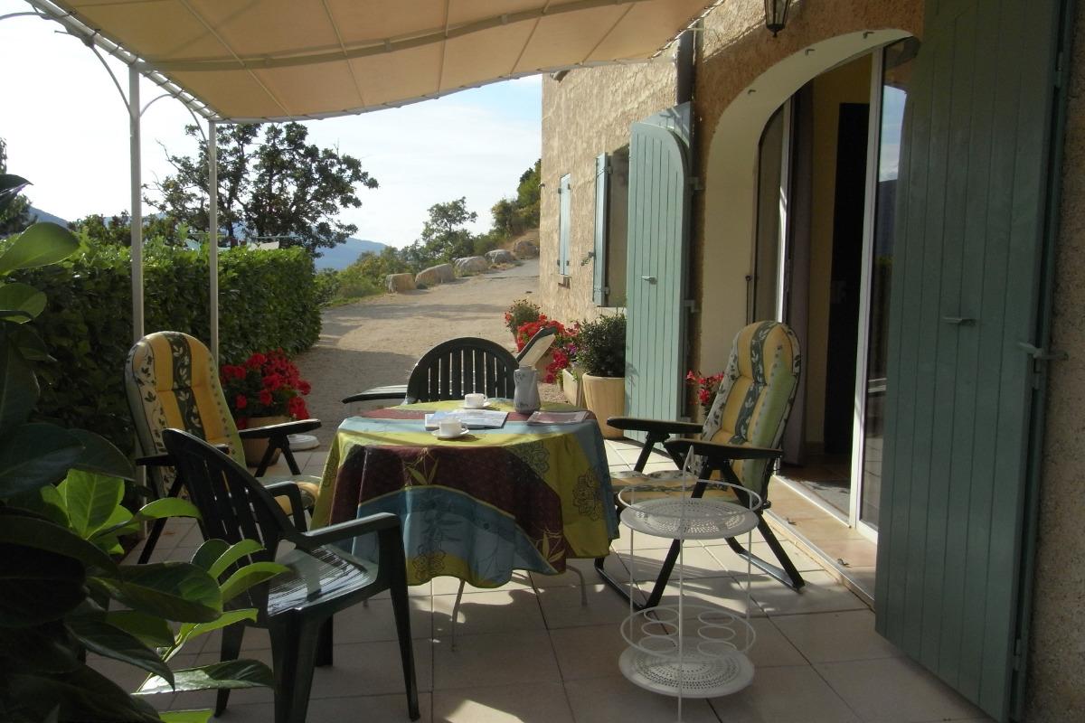 La terrasse et la porte d'entrée du gîte - Location de vacances - Le Poët-en-Percip