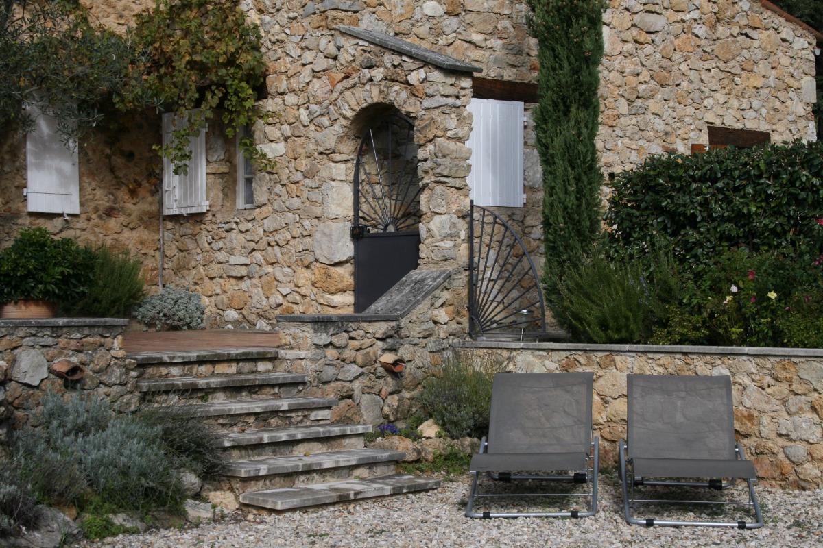 L'entrée et l'accès à la piscine privée - Maison en Provence - Location de vacances - Bénivay-Ollon