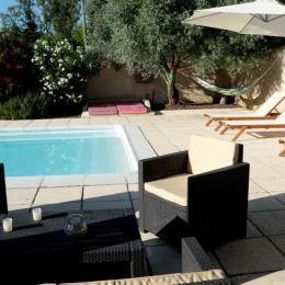 Coin salon et détente au bord de la piscine - Chambre d'hôtes - Montmeyran