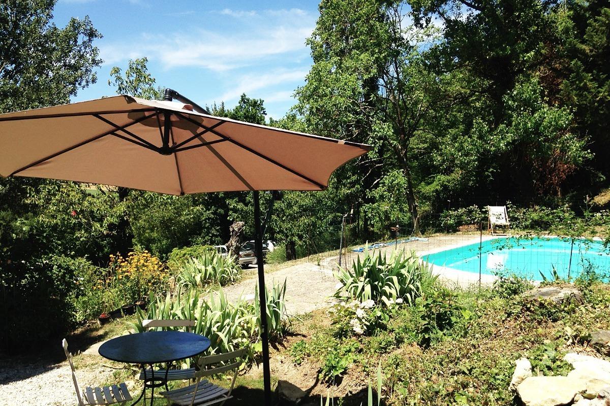 Le coin extérieur, près de la piscine. - Location de vacances - La Répara-Auriples